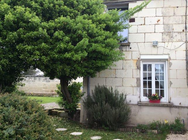 Maison de bourg avec jardin clos - Varrains - Casa
