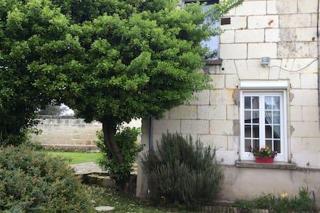 Maison de bourg avec jardin clos - Varrains - Hus