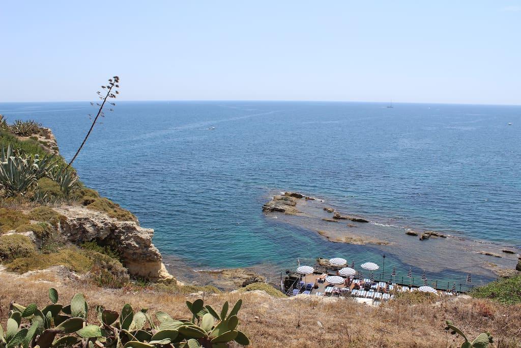 La casa si trova di fronte a questa scogliera con Solarium ed il magnifico mare di Siracusa