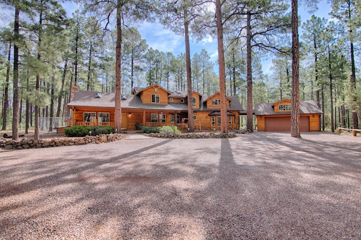 NEW! Luxe Cabin w/Game Room: 1 Mi to Rainbow Lake!