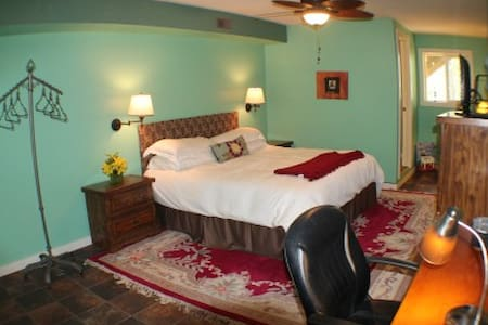 Smiling Pines Bed and Breakfast - Eureka Springs