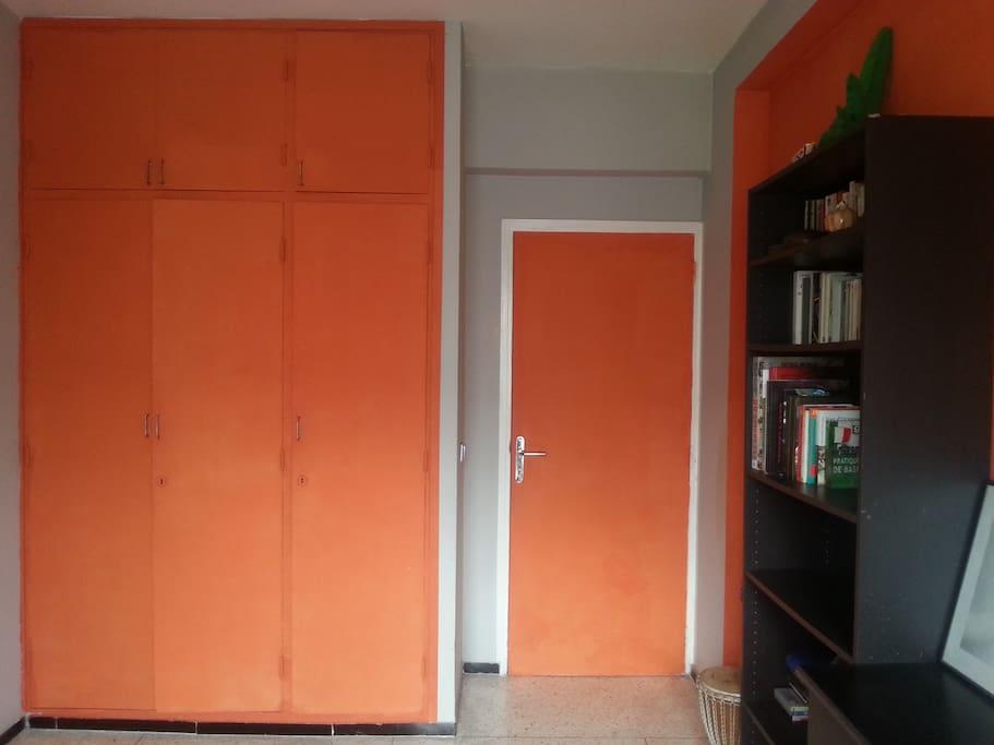 La seconde chambre à coucher avec ses espaces de rangement