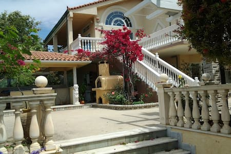 Lovely Beachfront Villa in Gythio - Huvila