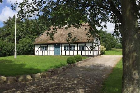 Landlig idyl i fredet bindingsværkshus - Glamsbjerg - Hus