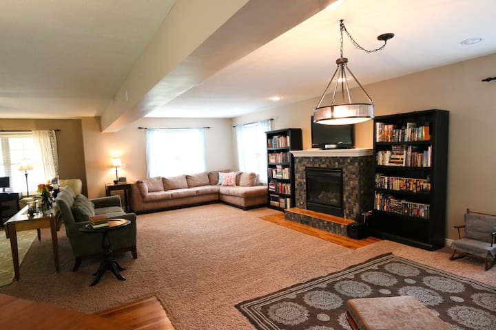Perfect Spacious Gathering Home - Bloomington - Huis