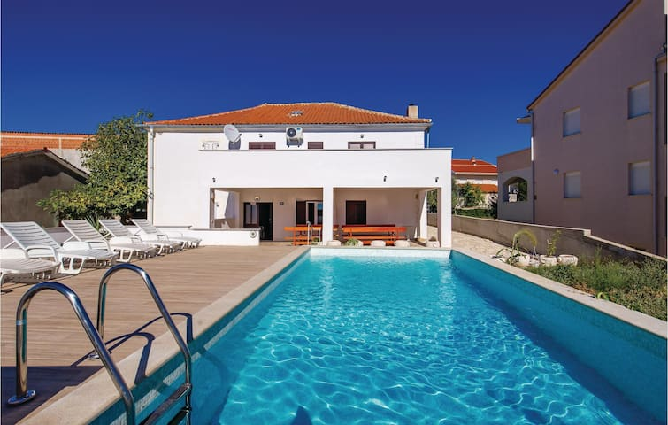 Holiday cottage with 4 bedrooms on 125m² in Novalja