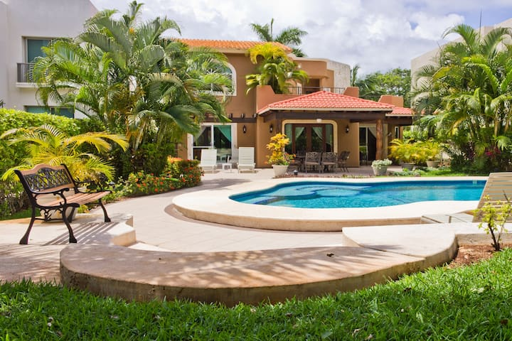 Private pool house / BBQ / Parking,4 bdrms for 10