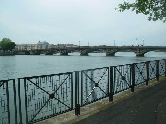 sortie de l'immeuble:berges et pont  saint_esprit menant au centre ville                                                     vue