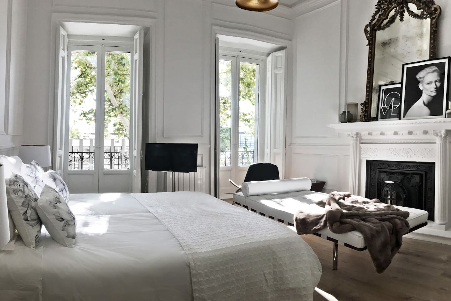 Vista del dormitorio y balcones. Cuenta con dos camas individuales de viscolatex, y una cama supletoria (DayBed) de Mies Van der Rohe. La cama supletoria se proporciona con un colchón extra de viscolatex para mayor comodidad.  ______ View of bedroom and balconies. It has two single viscolatex beds, and an extra bed (DayBed) of Mies Van der Rohe. The extra bed is provided with an extra viscolatex mattress for extra comfort.