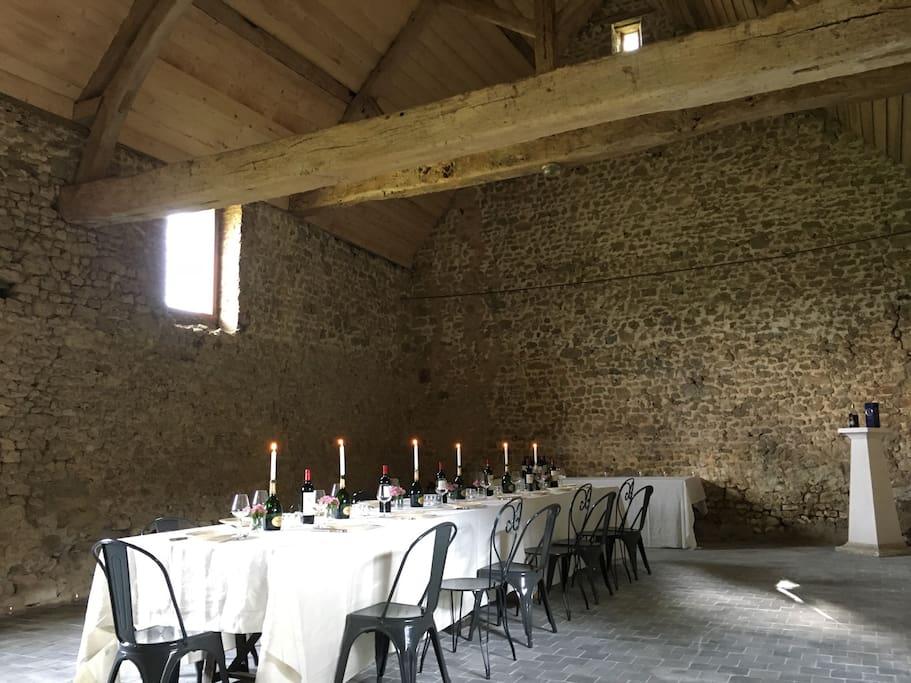 La salle de soirée, idéale pour organiser un grand dîner, ou pour tout simplement danser et s'amuser