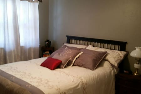 Cozy single bedroom on the 1st flr - Florissant - Hus