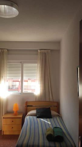Habitación soleada:) - Granada - Condominium