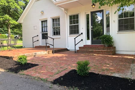 Dogwood Cottage in Downtown Columbia