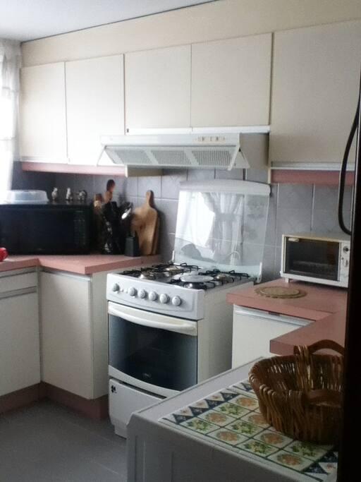 Cocina, microondas, horno, vajilla, utensillos