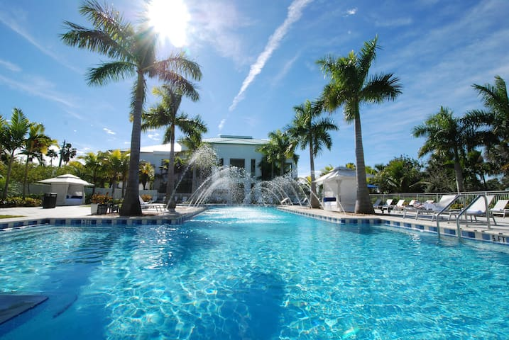 Giant 3BR/4BA for 8 guests by the golf course - Doral - Apartamento