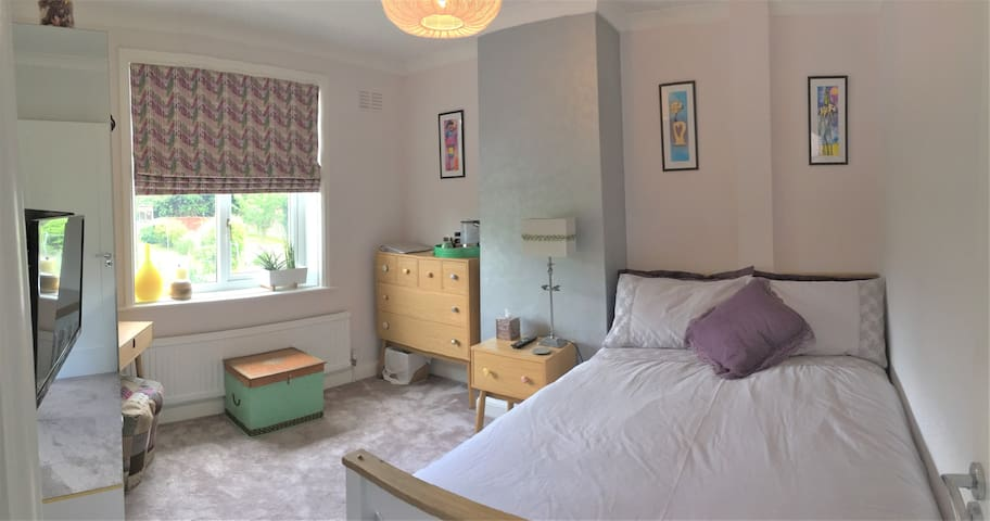 Fresh and bright double room, Rushden