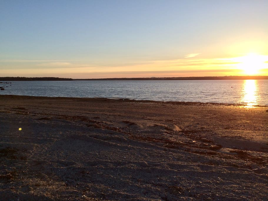 Hadley Point Beach is a few minutes walk from the house. Great for BBQ's & boating.