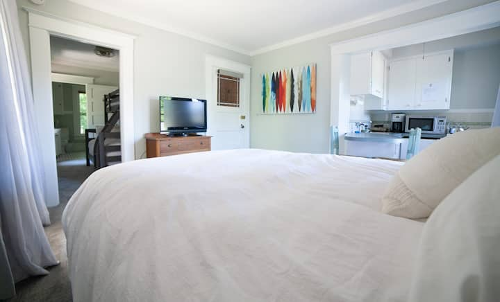 Best location in Hood River! Private entrance - your own apartment in a stylishly updated laid-back and fun boutique Hotel! (Garden)