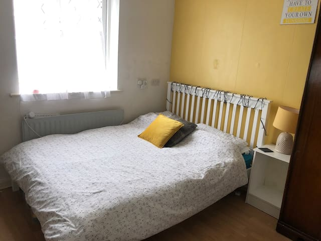 Double room, Camden, Family home suit Single Guest