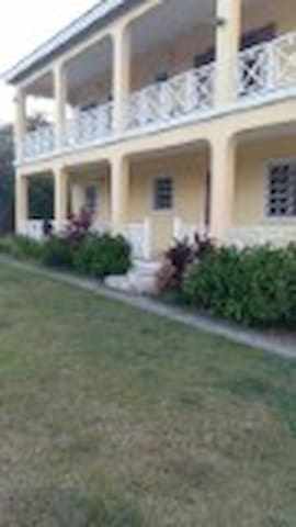 Spacious 3 bedroom ground floor apartment - Charlestown - Apartament