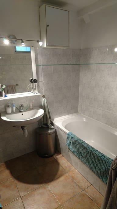 une salle bain avec le nécessaire de toilettes