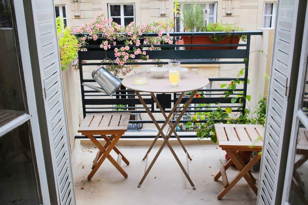 Balcon avec vue sur le chateau d'eau de Montmartre