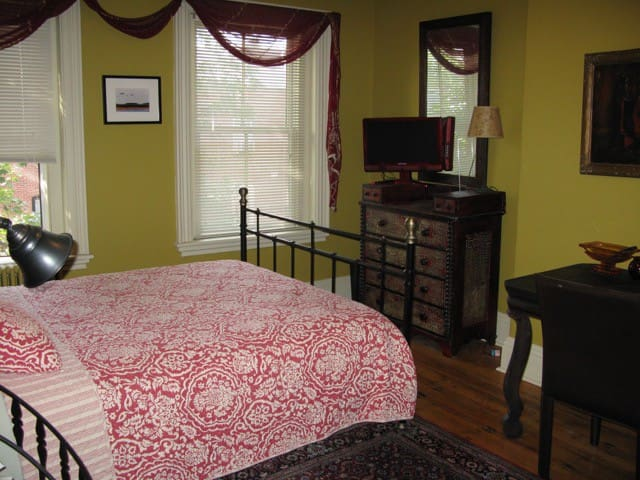 Private room with shared bath in Boston brownstone - Roxbury Crossing - House