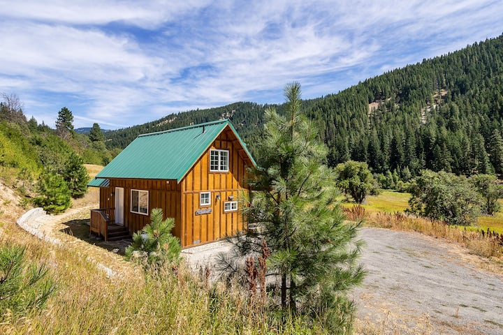 Adorable bungalow with hot tub, and just 15 minutes to Leavenworth- Beaver Hill Cabin near Plain-2 Bedroom, 1 Bathroom