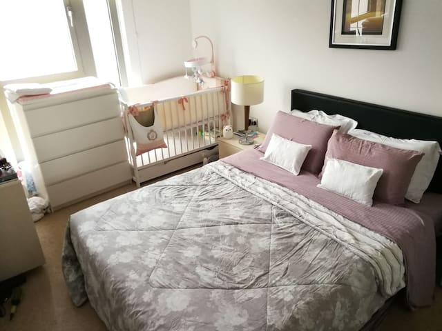 1 bedroom flat close to station with baby cot