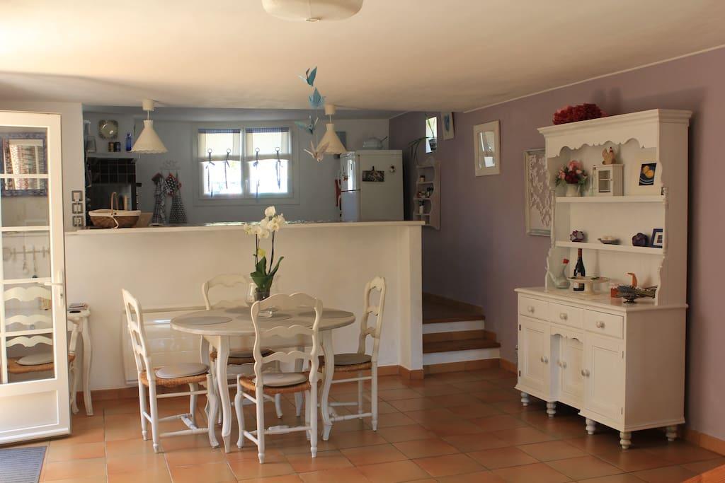"""Au RdC : l'entrée au logement par la salle à manger avec sur la gauche la cuisine """"ouverte""""...."""
