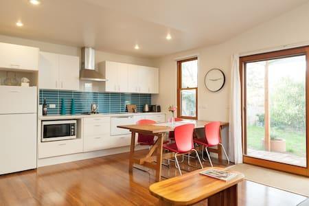 Gorgeous garden apartment - Travancore - House