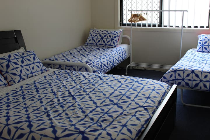 Comfortable, Friendly Home with Free wifi. Room 1 - Springfield Lakes - Huis