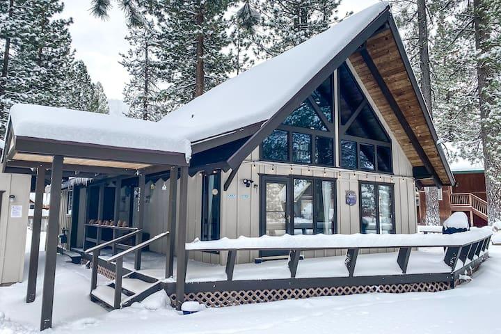 3BR chalet w/loft & fireplace near skiing, hiking.