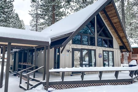 3BR chalet w/loft & fireplace near skiing, hiking.