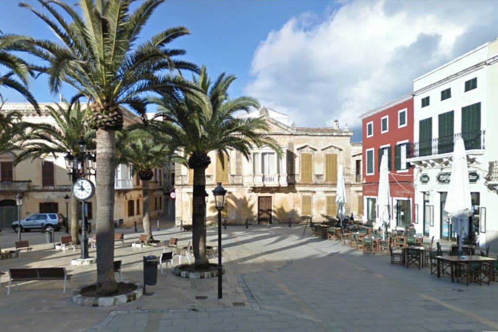 A view of a nearby square/ La vista de una plaça cercana