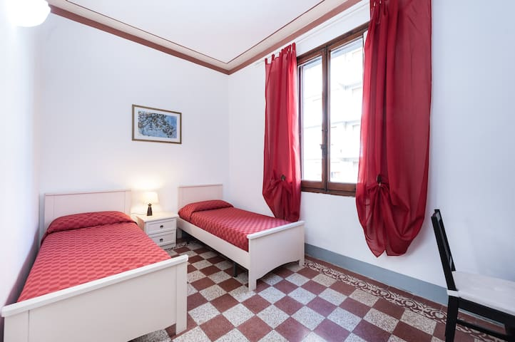 """Florence in Red"" room in centre"