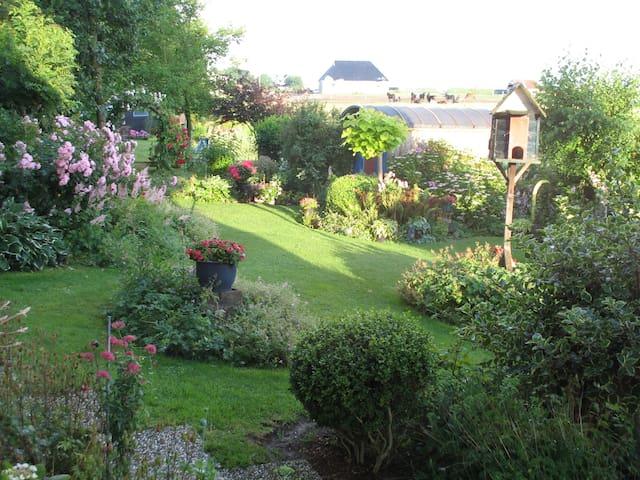 De grote tuinen bij het huis