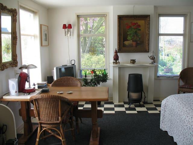 een gezellige zit-slaapkamer met uitzicht richting Waddenzee en de tuin