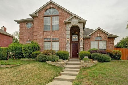 Entire Upstairs of Beautiful Plano Home - พลาโน