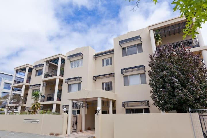 Modern CBD Apartment with Parking - West Perth - Apartamento