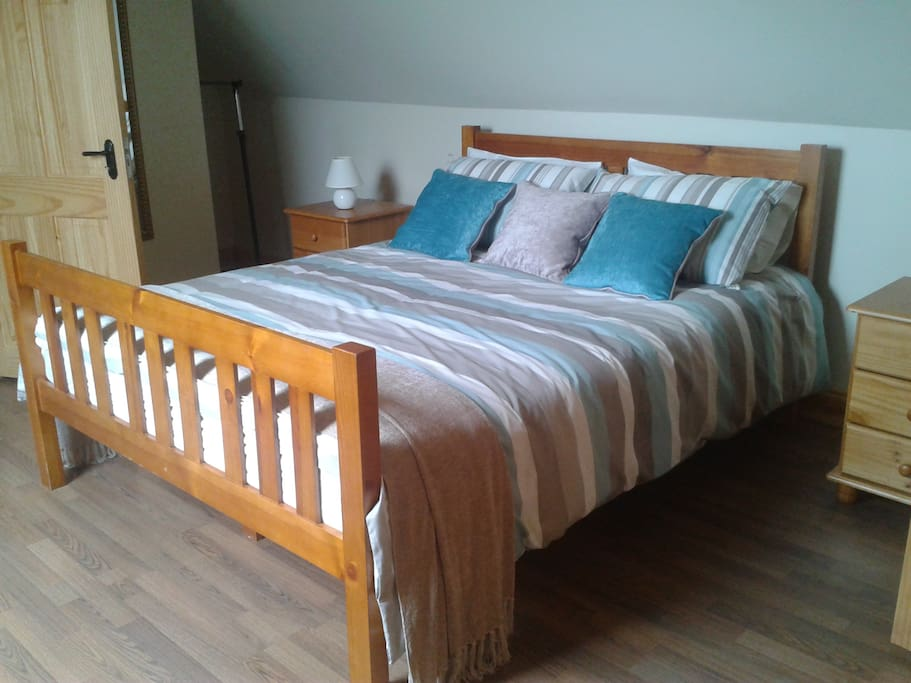 Kingsize bed with bathroom ensuite