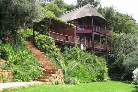 Tree Tops: Romantic Waterfront Timber Cottage - Hartbeespoort