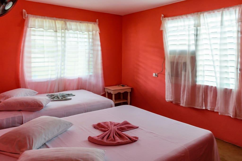 Habitación independiente, con 2 camas cameras, aire acondicionado moderno, baño  independiente, minibar abastecido con agua, cerveza y refrescos.