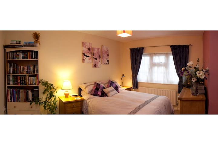 Large room near rail-link to London - Walton-on-Thames - 家庭式旅館