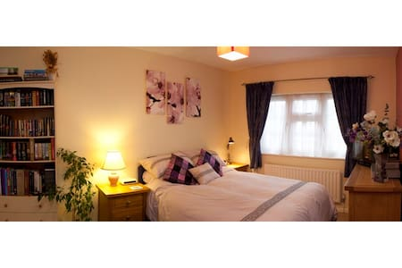 Large room near rail-link to London - Walton-on-Thames - Inap sarapan