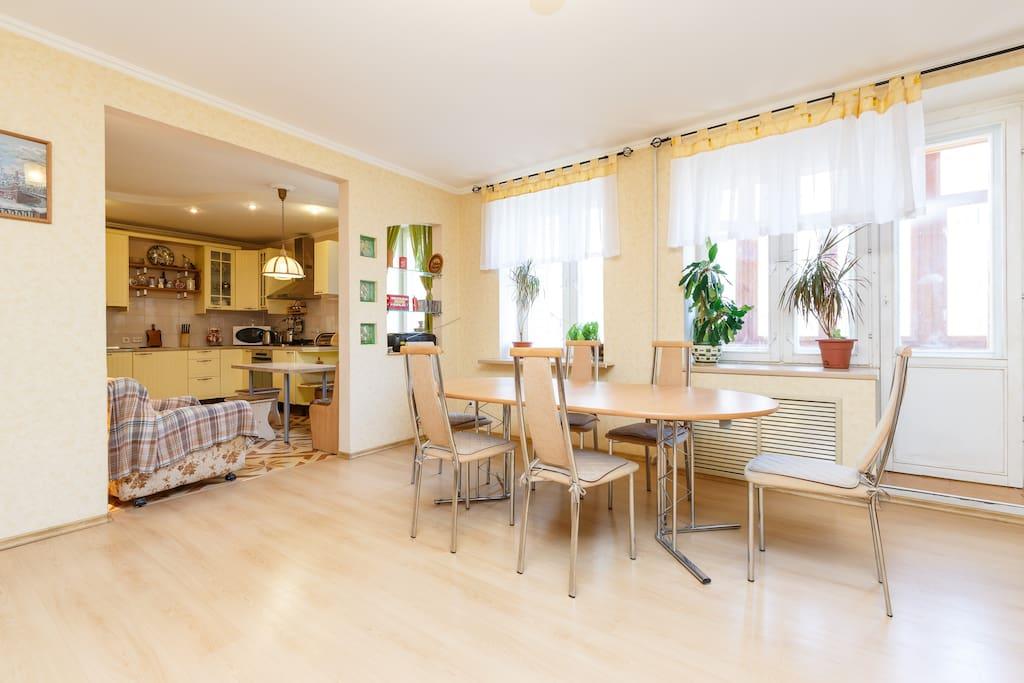 Гостиная с аркой на кухню