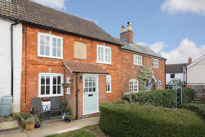 Charming, peaceful, cozy cottage with great views - Bromham - Hus