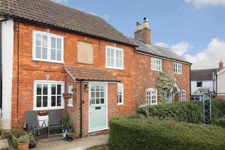 Charming, peaceful, cozy cottage with great views - Bromham - Haus