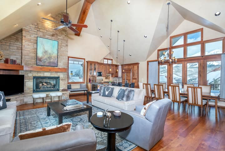 Gorgeous Ski-in, Ski-out Townhouse with High-End Furnishings and Stunning Mountain Views
