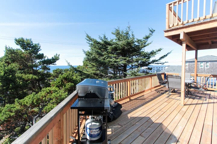 Cozy, remodeled duplex with peek-a-boo ocean views & easy beach access!